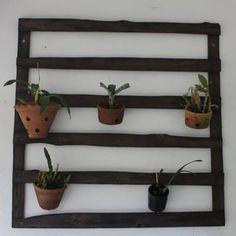 Aramado de pallet para vasos de plantas.