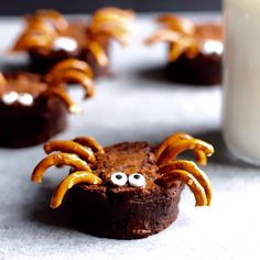 Scare up a tasty good time with these chocolatey Brownie Spiders! An easy Halloween treat idea that's perfect for Halloween parties and playdates! A Halloween recipe loved by kids and adults. food ideas for dinner videos Brownie Spiders Halloween Brownies, Halloween Desserts, Entree Halloween, Halloween Appetizers For Adults, Postres Halloween, Halloween Snacks For Kids, Halloween Cookie Recipes, Halloween Cookies Decorated, Appetizers For Kids