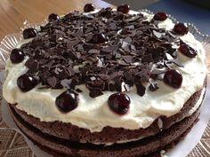 Pronti a viaggiare armandovi solo di coltello e forchetta? Cioccolata di ottima qualità, panna montata e ciliegie: son questi gli ingredienti principali della torta Foresta Nera, Schwarzwälder Kirs...