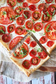 Lækker Butterdejstærte Med Tomater Og Flødeost - Skøn Som Forret Grubs, Pepperoni, Cheddar, Vegetable Pizza, Tapas, Feta, Foodies, Appetizers, Cheesecake