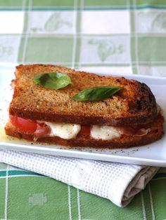 tomate, huile d'olive, beurre, jambon fumé, mozzarella, pain de mie