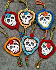 Ravelry: TheRamblinRosie's Skull for Wall Hangings and Cup Cozies Crochet Fall, Diy Crochet, Crochet Crafts, Yarn Crafts, Sewing Crafts, Crochet Skull Patterns, Halloween Crochet Patterns, Knitting Patterns, Yarn Projects