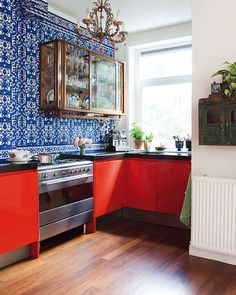 cool red and blue kitchen (Marjon Hoogervorst/Taverne Ageny)