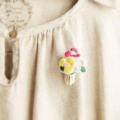 3色のお花を刺繍して立体的なブーケの様に仕上げたブローチです。※在庫がなくなった場合は約8~10日程で制作して発送いたします。お時間いただいてしまって申し訳ございませんがご了承下さい。♦size タテ約4,5cm×ヨコ約3cm×厚み約2cm♦素材 刺繍糸、ビーズ、フェルト、ブローチピンetc…※メッキ加工のアクセサリー作品の場合、金属アレルギーのお客様はご購入をお控えいただきますようお願いいたします。※再販作品の場合、写真と大きさ、形に多少差が出ることがございます。ご理解、ご了承くださいますようお願いいたします。※すべて一点ものの手作り品です。手作りならではの温もりを感じて頂けると嬉しいです。※撮影時の照明やPC環境により多少色が異なって見える場合がございます。※強度に注意し作成していますが、作品によっては無理な力を加えると破損する場合がございますで取り扱いにはご注意下さい。※何かわからない点、ご質問等ございましたらお答えいたしますので、メッセージをお寄せ下さい。