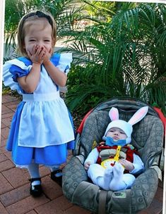 Alice and the white rabbit Halloween costumes for siblings Love themed or coordinating sibling Halloween costumes? Here's some ideas for coordinating Halloween costumes for sisters! Halloween Costumes For Sisters, Halloween Bebes, Pregnant Halloween Costumes, Baby Halloween Costumes For Boys, Baby Girl Halloween, Halloween Couples, Group Halloween, Halloween 2020, Costumes Duo