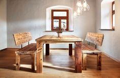 Dining table group of used scaffold planks and old barn beams. Benches with 14 ° bevelled edges. Brackets made of rusted steel connection . Dining Set, Dining Bench, Used Scaffolding, Under The Table, Old Barns, Unique Furniture, Interior Design Living Room, Plank, Beams
