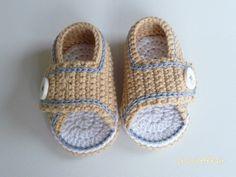 Auch Babys brauchen im Sommer angenehm luftige Schuhe, leg gleich los mit der Anleitung + Babywolle und häkle Deinem Baby diese tollen Sommer-Sandalen.