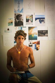 Surfer-looking guy sitting down Beautiful Boys, Pretty Boys, Hot Surfers, Surfer Dude, Surfer Hair, Cute White Boys, Skater Boys, Cute Teenage Boys, Long Haired Men