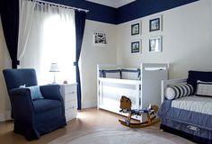 faixa azul marinho, uma parede inteira de azul. e tons of white