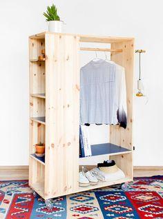Além de guarda-roupa, é também estante. O mais legal de tudo: o móvel possui rodinhas, que permite que você leve para qualquer canto da casa.