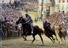 Twee keer per jaar is in Siena de Palio. Op 2 jullie op 15 augustus. De hele stad loopt uit en in een wijk is het 's avondspits groot feest. De rest ligt er verslagen bij.