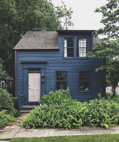Something about this cute little house in Sag Harbor charms me every time I walk or cycle past it. 🏡😍 The navy blue clapboard, the… Exterior Colors, Exterior Paint, Exterior Design, Navy House Exterior, Black Exterior, Cute Little Houses, Love Home, House Painting, House Colors
