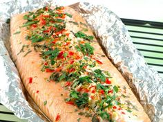 When inviting many people for dinner there is nothing simpler than grilling a whole Norwegian salmon fillet. Here it gets delicious flavours of honey and lemongrass. Shrimp Ceviche, Avocado, How To Cook Potatoes, Coriander Seeds, Salmon Fillets, Romantic Dinners, Baked Salmon, Lemon Grass, Vegetable Pizza