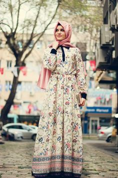 Vintage parçalar ve özellikle esintisi. Muslim Women Fashion, Arab Fashion, Dubai Fashion, Woman Fashion, Modest Dresses, Modest Outfits, Summer Dresses, Beau Hijab, Hijab Trends