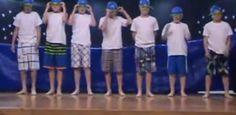 Viidesluokkalaiset pojat esittävät koulussa hauskan taitouinti-sketsin