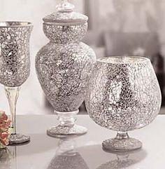 Cristalcraquelado: El efecto del cristal roto para decorar:  - Los pequeños trozos de cristal craquelado y trasparente se adaptan a formas curvas y planas  - Combinando con teselas de espejo se consiguen brillantes y sorprendentes efectos de luz Mirror Mosaic, Mosaic Art, Mosaic Glass, Diy Mirror, Glass Floor Vase, Painted Glass Vases, African Crafts, Bird Houses Diy, Dollar Tree Crafts