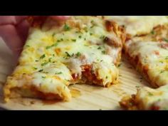 Crazy Crust Pizza - No rolling out dough - the crust is made from a liquid batter. Top the pizza with your favorite toppings. Pizza Recipes, Brunch Recipes, Cooking Recipes, Bubble Up Pizza, Food Network, Biscuit Pizza, Quick Pizza, Thin Crust Pizza, Recipes From Heaven