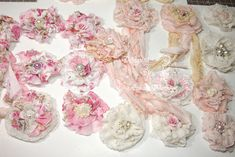 Gifts - Free tutorial to make beautiful shabby chic ribbon flowers and other beautiful projects. Shabby Chic Ribbon, Shabby Chic Flowers, Shabby Chic Crafts, Shabby Chic Homes, Faux Flowers, Shabby Chic Decor, Diy Flowers, Vintage Flowers, Fabric Flowers
