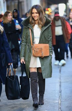 Top 10 fabulous army green jacket inspiration - Your Fashion Styles Street Style Jessica Alba, Jessica Alba Dress, Army Green Bomber Jacket, Romantic Outfit, Winter Stil, Fashion Mode, Long Jackets, Winter Outfits, Celebrity Style