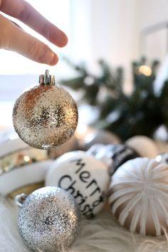 Glitteriä, raitaa, siksakia, rusetteja, kultaa, hopeaa. Joskus enemmän on todella enemmän, ainakin joulukuusen koristelussa.