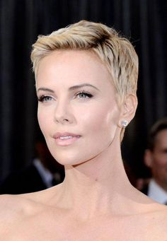 19 Times Charlize Theron Inspired Us To Cut Our Hair Short Charlize Theron's pixie cut from the Osca Wavy Bob Hairstyles, Short Hairstyles For Women, Casual Hairstyles, Blonde Pixie Cuts, Short Hair Cuts, Curly Pixie Cuts, Medium Hair Styles, Curly Hair Styles, Charlize Theron Hair