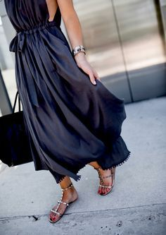 Navy blue maxi sleeveless dress with flat sandals - an effortlessly elegant Summer outfit!