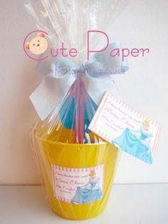 Kit Praia baby contendo 1 mini baldinho personalizado em cores sortidas, 1 pá, 1 garfo e 2 forminhas de plástico resistente, embalado em celofane com laço de tafetá e cartão de agradecimento