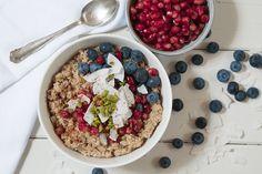 Quinoa-Porridge mit Blaubeeren, Granatapfel, Kokosflocken und Pistazien