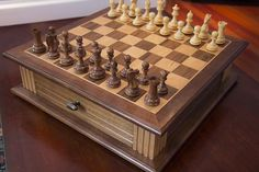 Easy Woodworking Projects, Woodworking Furniture, Easy Projects, Chess Board Table, Wood Chess Board, Chess Strategies, How To Play Chess, Wood Shop Projects, Wood Games