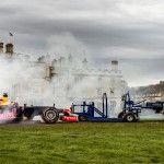 Das F1 Gedränge: Formel 1 Rennwagen gegen Rugby Spieler