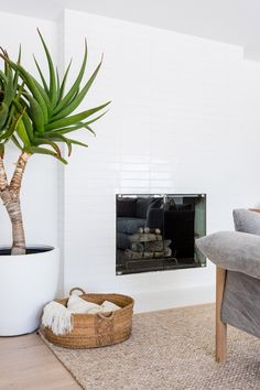 A Malibu Oasis by Kirsten Marie Inc. Beach Living Room, Small Living Rooms, Living Room Modern, Living Room Decor, Fresh Farmhouse, Farmhouse Design, Chelsea Textiles, Marble Showers, Cozy Apartment