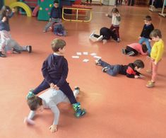 La course aux lettres - La maternelle de Vivi Physical Activities, Physical Education, Learning Activities, Kids Learning, Fun Outdoor Games, Outdoor Learning, French Course, Baby Hands, Busy Bags