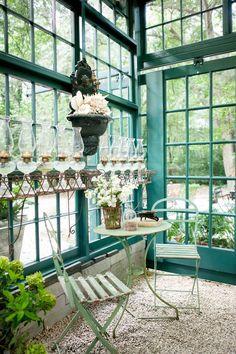 Stupendo giardino d'inverno con splendide sedie bistrot! Visita il nostro arredo giardino a prezzi imbattibili, per creare il tuo jardin d'hiver!