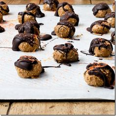 Spiced Cookie Butter Truffles Recipe: An easy way to get your Cookie Butter/ Speculoos/ Biscoff Spread fix! Truffle Butter, Truffle Recipe, Sweet Desserts, Sweet Recipes, Dessert Recipes, Dessert Ideas, No Bake Truffles, Yummy Treats, Sweet Treats