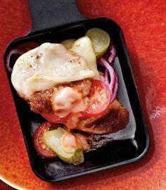 Burger-Pfännchen Rezept: Schweinemett,Öl,Zwiebel,Kirschtomaten,Cornichons,Raclettekäse,,Baguette,Burger-Soße