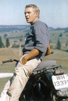 """Steve McQueen on a motorcycle during the shooting of a scene in the 1963 John Sturges film """"The Great Escape"""" """" The Sorrows of Gin. Marlon Brando, Richard Gere, Anthony Hopkins, Brad Pitt, Steeve Mcqueen, Steve Mcqueen Style, Foto Glamour, Ali Mcgraw, Celebridades Fashion"""
