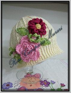 Fiz este chapéu coco com linha Natus, da Pingouin. E as flores foram com linha Cléa 1000, da Círculo.