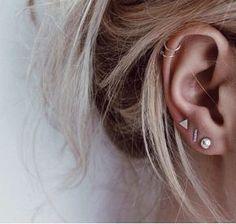 Trending Ear Piercing ideas for women. Ear Piercing Ideas and Piercing Unique Ear. Ear piercings can make you look totally different from the rest. Ear Peircings, Cute Ear Piercings, Cartilage Piercings, Cartilage Hoop, Piercings For Small Ears, Multiple Ear Piercings, Top Ear Piercing, Ear Piercings Chart, Piercing Chart