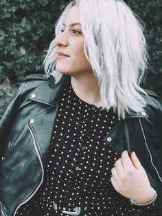White hair ☁️ J'ai mit du temps a me décider à enfin le faire les cheveux blanc, et honnêtement, je ne regrette pas d'avoir fait ce changement !  #whitehair #white #hair #blogger #retro #vintage #girl #coiffeur #haidresser #carre #cheveux #cheveuxblancs