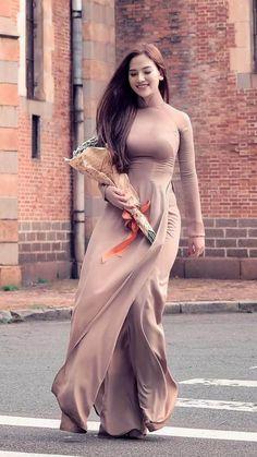 Beautiful Viêtnamese Girl in Vietnamese long dress: Ao-Dai Viêtnamese Vietnamese Traditional Dress, Vietnamese Dress, Traditional Dresses, Beautiful Vietnamese Women, Beautiful Asian Women, Beautiful Ladies, Wedding Dresses For Girls, Girls Dresses, Fashion Week
