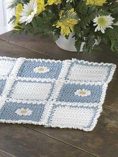 Crochet for the Home - Crochet Placemat Patterns - Country Daisy Place Mat Crochet Daisy, Crochet Granny, Crochet Motif, Free Crochet, Knit Crochet, Crochet Home Decor, Crochet Crafts, Crochet Projects, Crochet Ideas