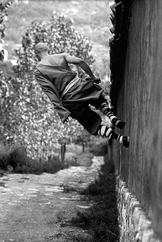 Shaolin monks training Kung Fu from Shaolin Monastery takes martial arts to a brand new level. As Shaolin monks believe the strength. Shaolin Kung Fu, Parkour, Des Photos Saisissantes, Qi Gong, In China, The Monks, Photo Essay, Black And White Photography, Black And White