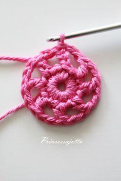 Tätä on toivottu paljon ja hartaasti, ja tässä se nyt tulee! Ohje suunnittelemaani kukkapussukkaan. Ohje sopii virkkauksen perusj... Princess Stories, Cute Crochet, Crochet Ideas, Small Gifts, Cosmetic Bag, Crochet Earrings, Elsa, Pouch, Cosmetics