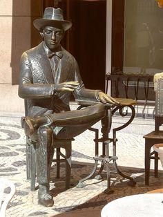 Sculpture of Fernando Pessoa in Baixa-Chiado - Lisbon - Portugal Sintra Portugal, Fidel Castro, Wassily Kandinsky, Cool Places To Visit, Sculpture Art, Garden Sculpture, Street Art, Old Things, Random Things