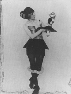 Hannah Hoch et sa poupée Dada, 1925