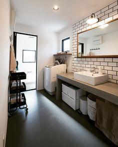 いいね!264件、コメント3件 ― Living_Design/soramado_oitaさん(@soramado_oita)のInstagramアカウント: 「グレーのタイル目地。 シマルね。 シュパッと。 イイカンジ。 #ソラマド大分 、#soramado 、#建築家とつくる年間12棟限定のスペシャルな家づくり…」 Washroom Design, Toilet Design, Bathroom Bench, Bathroom Interior, Japanese Style Bathroom, Muji Home, Toilet Room, Bathroom Images, Japanese Interior