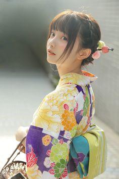 Kimono Japan, Yukata Kimono, Japanese Kimono, Traditional Kimono, Traditional Dresses, Female Pose Reference, Oriental, Cute Japanese Girl, Japanese Characters