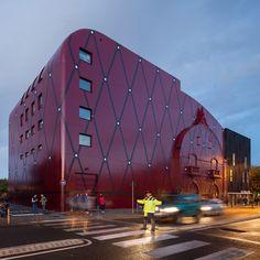 Dans le Nord-Pas-de-Calais, l'architecte Manuelle Gautrand signe la réhabilitation et l'extension de la Comédie de Béthune, Centre Dramatique National qu'elle avait livré en 1999. Dès l'origine, ce projet anticipait ce qui est aujourd'hui devenu...