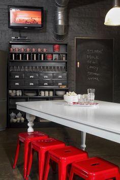 Me gusta el concepto del blanco, negro y rojo en la cocina, aunque, personalmente, prefiero sillas con respaldo a los taburetes.