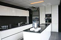 hoogglans witte keuken met aluminium detail + zwart